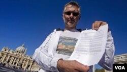 Alberto Sala, yang mengaku mengalami pelecehan seksual oleh seorang Pastur saat anak-anak, membawa surat protes kepada Paus di Lapangan St. Peter, Vatikan (foto: dok).