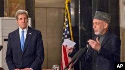 克里(左)與卡爾扎伊(右)共同舉行記者會