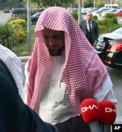 Saudi Arabia's top prosecutor Saud al-Mojeb walks to board a plane to leave Turkey, in Istanbul, Oct, 31, 2018.