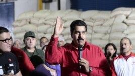 Potpredsednik Venecuele Nikolas Maduro govori novinarima tokom posete jednoj plantaži kafe, 3. januara u Karakasu