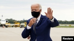 Democratic presidential nominee and former Vice President Joe Biden waves as he arrives at Milwaukee Mitchell International Airport in Milwaukee, Wisconsin, U.S., September 3, 2020. REUTERS/Kevin Lamarque