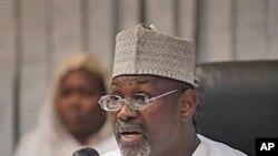 Attahiru Jega,presidente da comissão eleitoral independente da Nigéria confirmando a vitória de Goodluck Jonathan