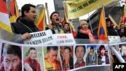 지난달 10일 미국 뉴욕에서 중국의 티베트 탄압에 항의하는 시위대가 분신자살 희생자들의 사진을 들고 있다. (자료사진)