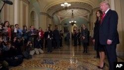 President AS terpilih Donald Trump, didampingi istrinya Melania, berbicara kepada media di Capitol Hill di Washington (10/11).