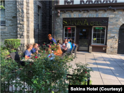 سکینہ ریستوران کے باہر گاہکوں کو کھانا فراہم کیا جا رہا ہے۔