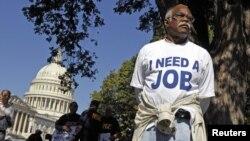 Un hombre de Carolina del Norte protesta en las afueras del Capitolio, en Washington el 5 de octubre. El Departamento de Trabajo dijo que aumentaron las solicitudes de seguro por desempleo.