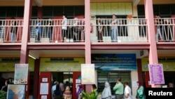 Para calon pemilih antri untuk memberikan suaranya dalam Pemilu Nasional Malaysia, di salah satu TPS di Permatang Pauh, 350 kilometer sebelah utara Kuala Lumpur (5/5).