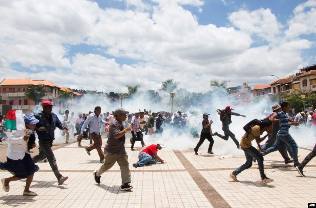 지난 19일 마다가스카르 대통령 선거에서 안드리 라조엘리나 후보가 55.08%를 득표해 당선된 가운데, 경쟁 후보였던 마르크 라발로마나나나 후보의 지지자들이 대선 결과 불복 시위를 하자 경찰들이 최루탄을 발사하고 있다.