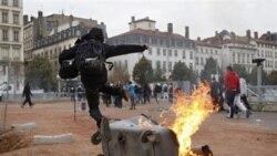 پليس فرانسه برای مقابله با اعتصابات به گاز اشک آور متوسل شد