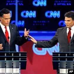 ອະດີດຜູ້ປົກຄອງລັດ Massachusetts ທ່ານ Mitt Romney (ຊ້າຍ) ຖົກຖຽງກັນກັບຜູ້ປົກຄອງລັດເທັກ ຊັສ ທ່ານ Rick Perry ໃນລະຫວ່າງການໂຕ້ວາທີ ຂອງພັກຣີພັບບລີກັນ ທີ່ເມືອງແທັມປາ ລັດຟລໍຣິດາ ເມື່ອວັນຈັນຜ່ານມາ, ທີ 12 ກັນຍາ 2011.