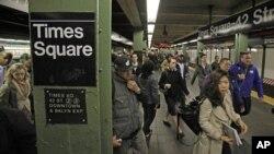 Beberapa jalur kereta bawah tanah (subway) di kota New York kembali beroperasi pasca badai Sandy hari Kamis (1/11).