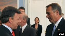 El presidente colombiano, Juan Manuel Santos, saluda al líder de la cámara baja estadounidense John Boehner durante su visita el país.