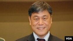 計劃主持人、中原大學企業管理學系教授呂鴻德 (美國之音湯惠芸 )