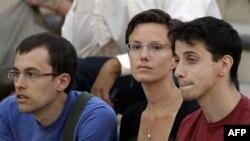 Слева направо: Шейн Бауэр, Сара Шурд и Джош Фаттал в октябре 2011 года после возвращения из Ирана