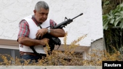 El general retirado Ángel Vivas monta guardia desde una terraza de su casa.