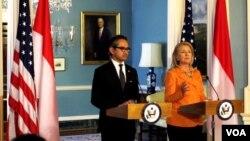 Menteri Luar Negeri Marty Natalegawa dalam jumpa pers bersama dengan Menteri Luar Negeri AS Hillary Clinton. (VOA/Eva Mazrieva)