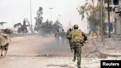 10月8日,在阿勒颇地区的叙利亚政府军在追击叙利亚自由军的成员