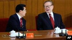 ອະດີດປະທານປະເທດແລະຜູ້ນຳພັກຄອມມູນິສຈີນ ທ່ານ Jiang Zemin (ຂວາ) ໂອ້ລົມກັບຜູ້ນຳຄົນປັດຈຸບັນ ຂອງຈີນ ທ່ານ Hu Jintao (ຊ້າຍ) ເນື່ອງໃນພິທີສະເຫຼີມສະຫຼອງວັນຄົບຮອບ 80 ໃນການສ້າງຕັ້ງກອງທັບ ປົດປ່ອຍປະຊາຊົນຈີນ ທີ່ສາລາປະຊາຊົນ (1 ສິງຫາ 2007)