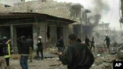 សមាជិកនៃក្រុមការពារជនស៊ីវិលស៊ីរីដែលត្រូវបានគេស្គាល់ថា ក្រុមមួកស ប្រមូលផ្តុំគ្នានៅលើផ្លូវមួយ ដែលត្រូវបានវាយប្រហារតាមអាកាសដោយរុស្ស៊ី នៅក្នុងក្រុង Maarat al-Nuaman ខេត្ត Idlib ប្រទេសស៊ីរី។