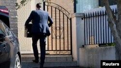 资料照:澳大利亚一名联邦安全官员进入新南威尔士州议员 肖凯·莫索曼的住所进行搜查。(2020年6月26日)