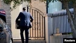 澳大利亚一名联邦安全官员进入新南威尔士州议员肖凯• 莫索曼的住所进行搜查。(2020年6月26日)