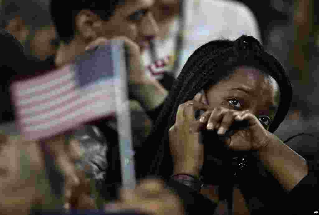 Une femme pleure alors que les résultats des élections sont donnés lors d'un meeting de la candidate démocrate Hillary Clinton, qui a perdu l'élection présidentielle, New York, le 8 novembre 2016.