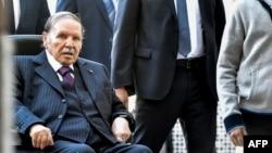 Le président algérien Abdelaziz Bouteflika arrive à un bureau de vote à Alger le 23 novembre 2017.