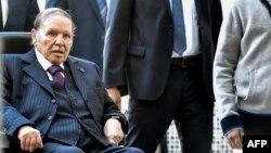 Le président algérien Abdelaziz Bouteflika arrive à un bureau de vote à Alger le 23 novembre 201.