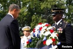 奥巴马向朝鲜战争阵亡美军敬献花圈后鞠躬