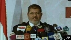 Mgombea wa Muslim Brotherhood Mohamed Morsi akizungumza na waandishi wa habari.