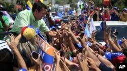 Henrique Capriles saluda a simpatizantes durante un recorrido este lunes por La Guaira, en el estado de Vargas.