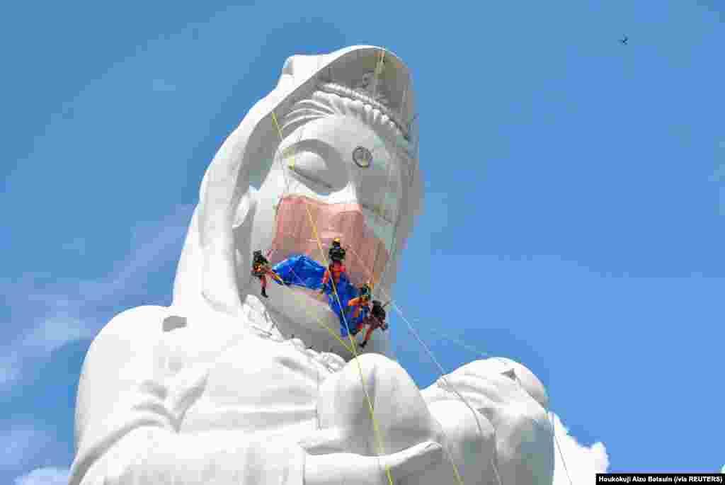 نقاشی ماسک بر صورت تندیس بودا در شهر فوکوشیما جاپان به امید تمام شدن کروناویروس در جهان