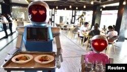 چین کے صوبے ژی جیانگ کے شہر ژیالون کے ایک ریسٹورنٹ میں روبوٹس گاہکوں کے لیے کھانا لے جا رہے ہیں۔ فائل فوٹو