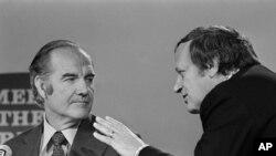 "Frank Mankiewicz bersama George McGovern dalam acara ""Meet the Press"" yang disiarkan di stasiun NBC tanngal 29 Oktober 1972 (Foto: dok)."