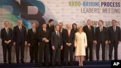 Wapres AS Joe Biden (tengah) berfoto bersama para pemimpin Eropa Tengah dan Tenggara di Zangreb, Kroasia (25/11).