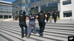 Polisi Kosovo menahan dua orang tersangka teroris dalam penggerebekan di ibukota Pristina Juli lalu (foto: dok).