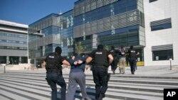 La policía de Kósovo lleva a la corte en Pristina a albaneses no identificados, sospechosos de participar en un complot terrorista. Dic. 1 de 2015.