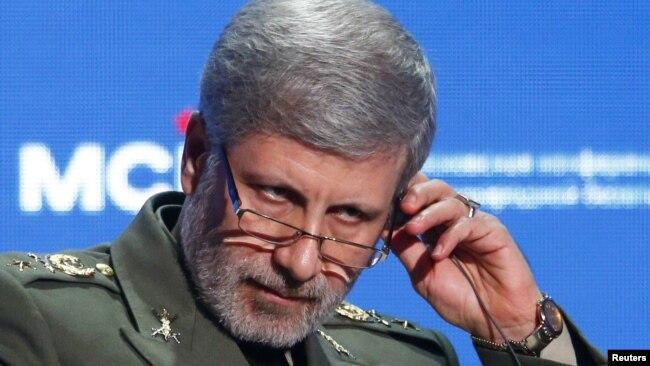 FILE - Министр обороны Ирана Амир Хатами настраивает наушники во время ежегодной Московской конференции по международной безопасности в Москве, 4 апреля 2018 года.
