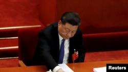 中国国家主席习近平在全国人大会议就港版国安法进行表决时按下赞成键。(2020年5月28日)