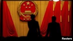 全国人大代表抵达北京人大会堂参加表决修改宪法案的投票。(2018年3月11日)