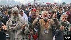 Người Ai Cập cầu nguyện trong một cuộc biểu tình ở Quảng trường Tahrir ở Cairo, 30/12/201