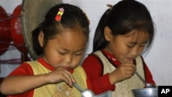 북한 향산의 한 유치원에서 유엔 세계식량계획이 제공한 식량을 먹는 북한 어린이.
