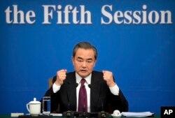 왕이 중국 외교부장이 8일 베이징에서 열린 중국 양회 개최 관련 기자회견에서 북한은 탄도미사일 발사를 중단하고 미한 군사훈련도 멈춰야 한다고 주장하고 있다.