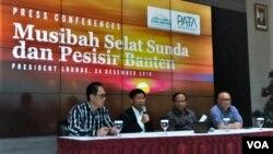 Jumpa pers mengenai dampak tsunami di kawasan Ekonomi Khusus Tanjung Lesung di Jakarta, Senin (24/12). (VOA/Fathiyah)