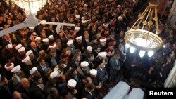 Đám đông tham dự lễ tang của giáo sĩ Sunni Mohammed al-Bouti tại Nhà thờ Hồi giáo Umayyad ở Damascus, 23/3/2013