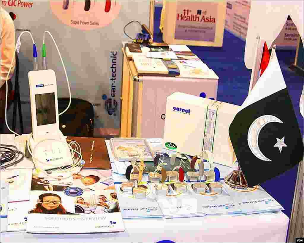 نمائش میں پاکستان کی ایک اور کمپنی کے آلہ سماعت کی مشینری رکھی ہے۔