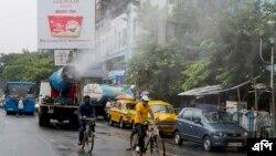কলকাতা শহর কর্তৃপক্ষ জীবাণুনাশক ওষুধ স্প্রে করছে। ফাইলে ফটো - এপি