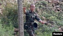 朝鲜新义州鸭绿江边的朝鲜军人(资料照)