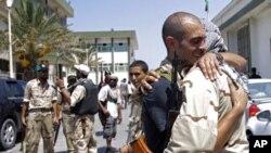 Des combattants rebelles libyens sur une ancienne base militaire de Tripoli, en Libye, 2011.