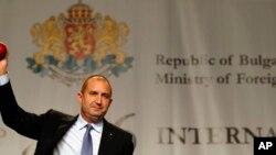 불가리아 소피아에서 루멘라데프대통령 당선인이 13일 기자회견을 하고 있다.